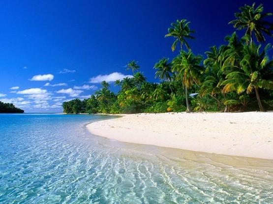 又到夏天,海岛再次成为无数人锁定的出游目标,海岛游如同天气般逐渐升温。但一提起海岛,总是伴随着奢华、贵族等等词汇,让口袋里并没有很多钱的你心生退意。为此,我们精选了性价比极高、各具特色的海岛线路,作为你的海岛出游指南,让你花少少的钱,却也能轻松实现海岛梦。  从旅游度假的品质来说,三亚海水湛蓝、水清沙幼,无论哪方面都可以让你尽兴而归。 说到国内的海岛游,当然不能不提三亚。三亚本来就是国内最知名的海滨旅游胜地,近年来多个国际高端酒店进驻,更使得三亚的度假品质进一步提升。不少酷爱海岛游的驴友都曾表示