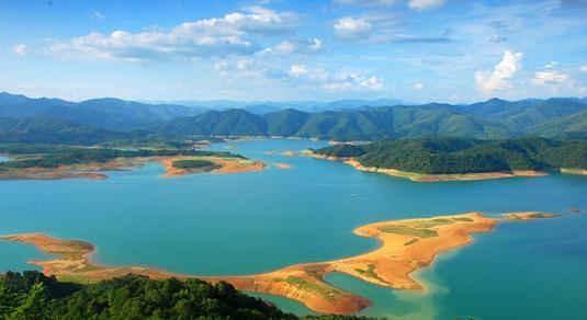 澄碧湖风景婉约秀丽,是广西大型水库之一,澄碧湖全长127公里,澄碧湖水
